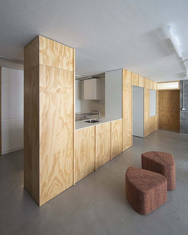 Los únicos espacios fijos, el baño y la cocina se han agrupado en un volumen central que acoge todas las conducciones.