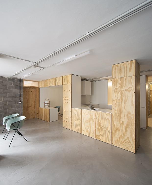 El mobiliario es escaso, destacan varias piezas de Ondarreta y la lámpara Cesta de Miguel Milá que edita Santa & Cole aporta