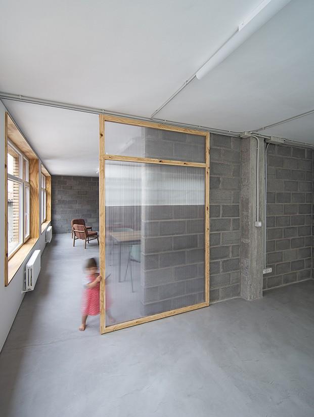 Paneles correderos hacen la función de puertas abriendo y aislando los espacios