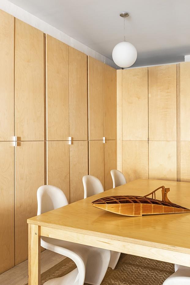 La madera y los materiales nobles, junto a piezas icónicas de diseño, protagonizan el estudio de Alex March