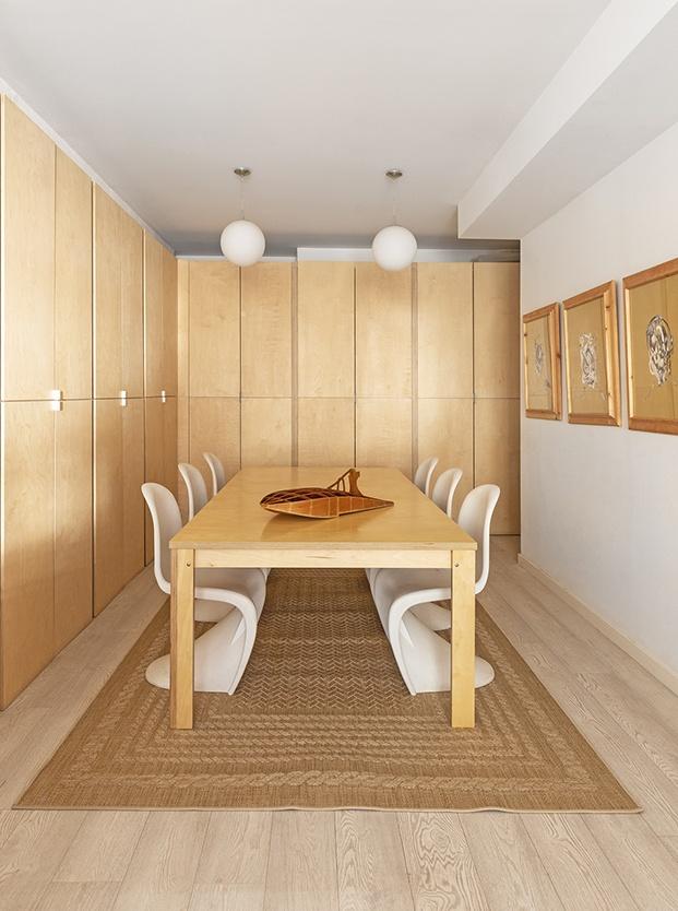 Sala de reuniones con mesa a medida y sillas Panton, que edita Vitra