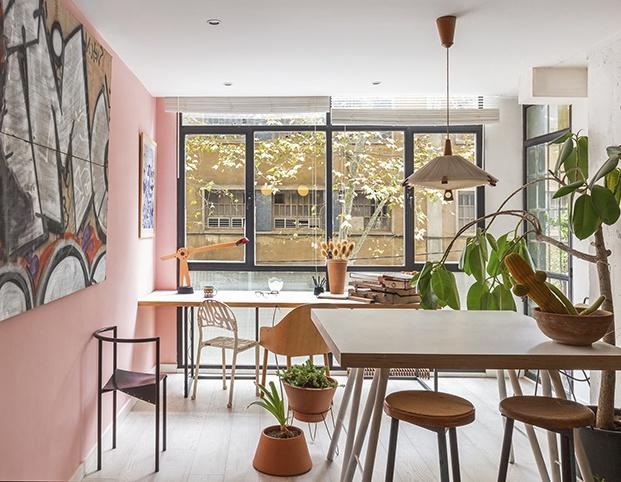 Vista del estudio de Alex March en Barcelona, lleno de piezas de diseño y plantas naturales