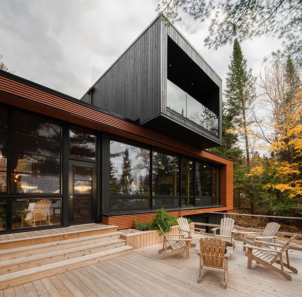 Figurr Architects Collective. Casa prefabricada con 5 módulos sostenible en Canadá