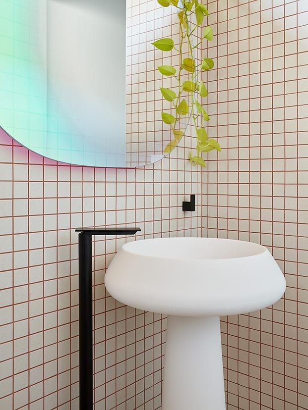 azulejos gráficos y espejos Shimmer diseño de Patricia Urquiola para Glas Italia