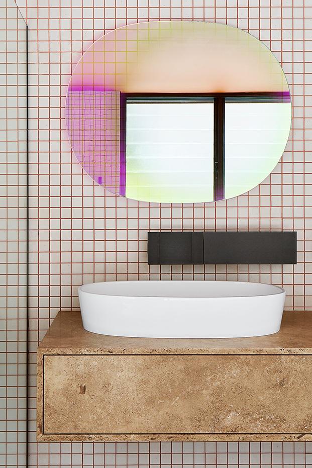 azulejos gráficos y espejos Shimmer diseño de Patricia Urquiola para Glas Italia en Shutter House