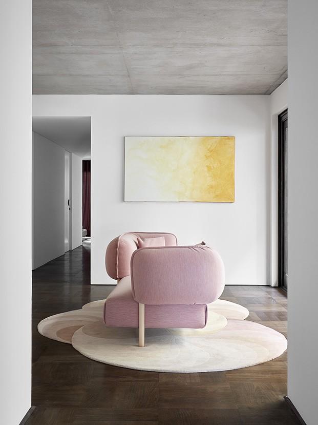 sofa Tender de Moroso y de la alfombra Slinky Rug de CC Tapis ambos diseño de Patricia Urquiola en la galería de Shutter House