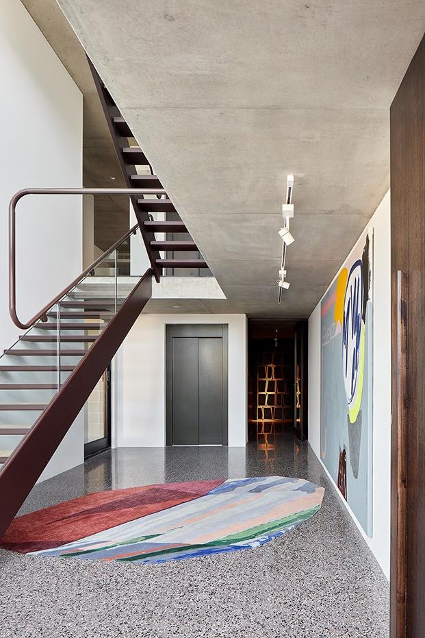 Vista del acceso a Shutter House, con una  una espectacular alfombra de Patricia Urquiola, la Fordite de CC Tapis, preside el hall