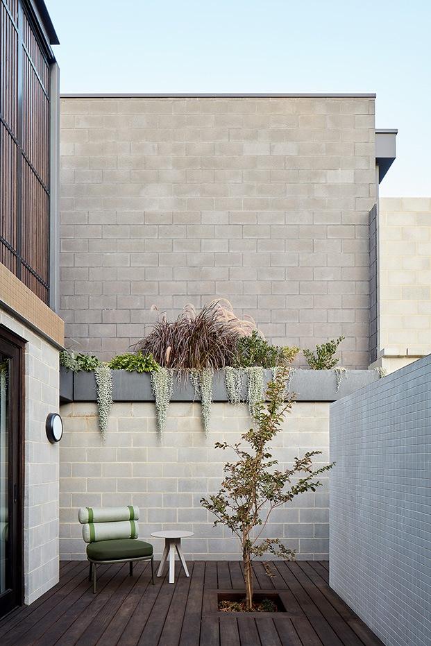 Uno de las zonas interiores. El mobiliario de exterior de Patricia Urquiola para Kettal