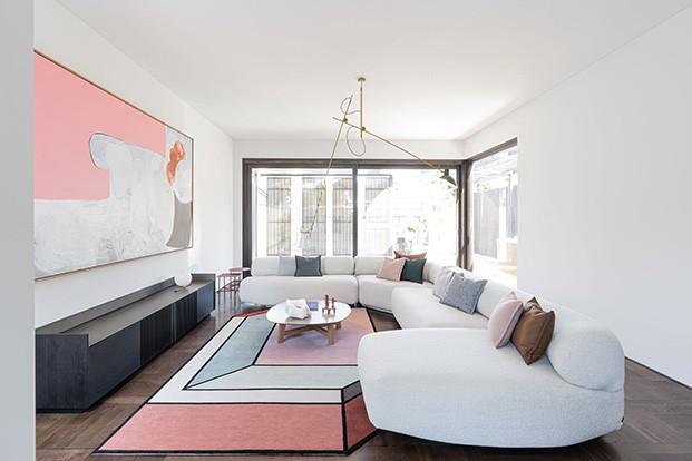 En en el salón, el sofá Gogan de Patricia Urquiola para Moroso, y la alfombra Visione, de Parricia Urquiola para CC Tapis