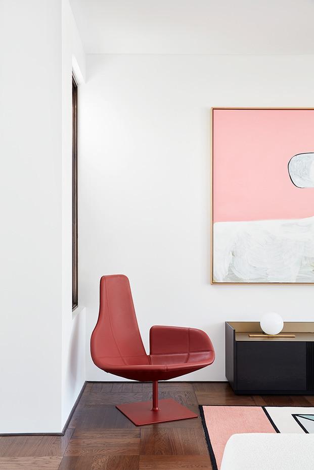 En la esquina de la galería sillón Fjord de Patricia Urquiola para Moroso con referentes escandinavos