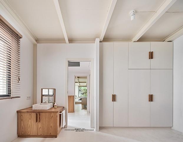 Vista de uno de los cuartos de baños creados en la caseta que hay en el jardín de esta casa de Barcelona