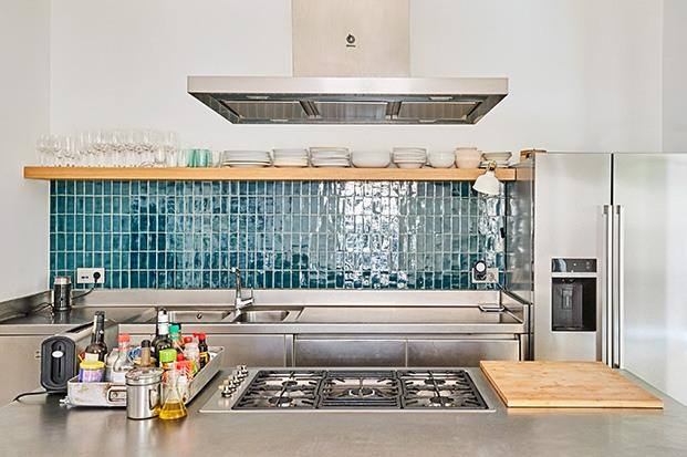 Detalle de la cocina, hecha en acero inoxidable