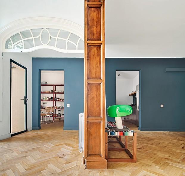 Detalles modernistas y un pavimento croata de los 60, en esta casa con jardín en el centro de Barcelona. La lámpara verde es la Snoopy de Achille Castiglioni que edita Flos