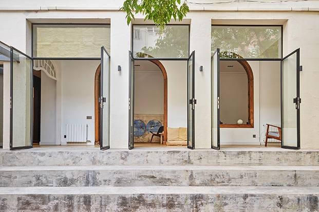 Detalle de las escaleras que dan paso al jardín de esta casa del centro de Barcelona
