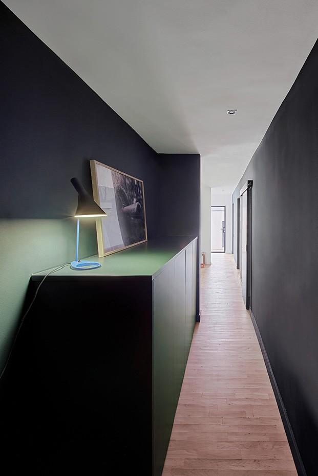 En el pasillo, una de las lámparas de Luis Pulsen