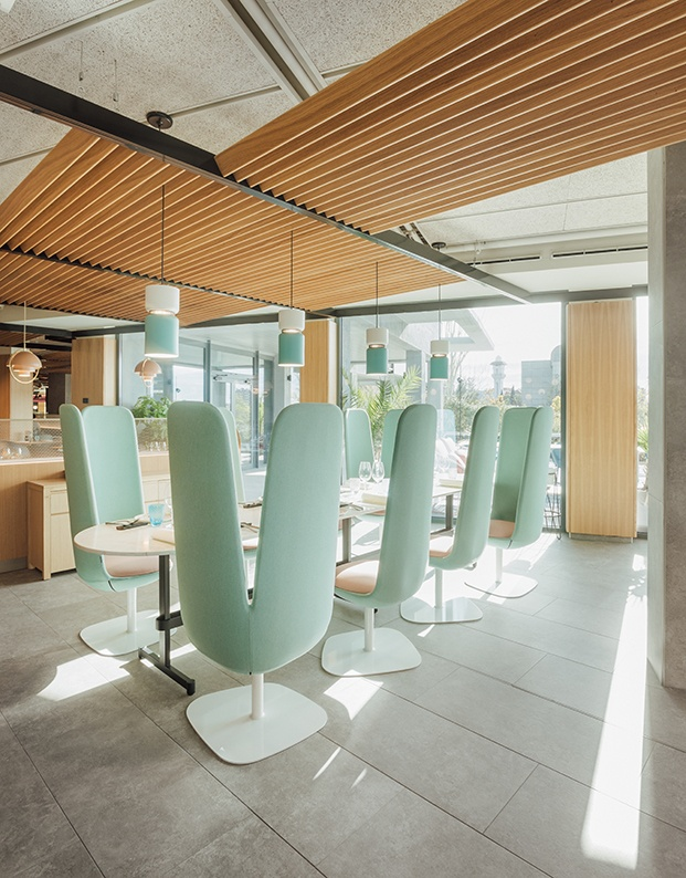 Muebles de estilo nórdico y otros made in spain componen la decoración del hotel. Las butacas Petals son un diseño de Stone Designs para Skandiform