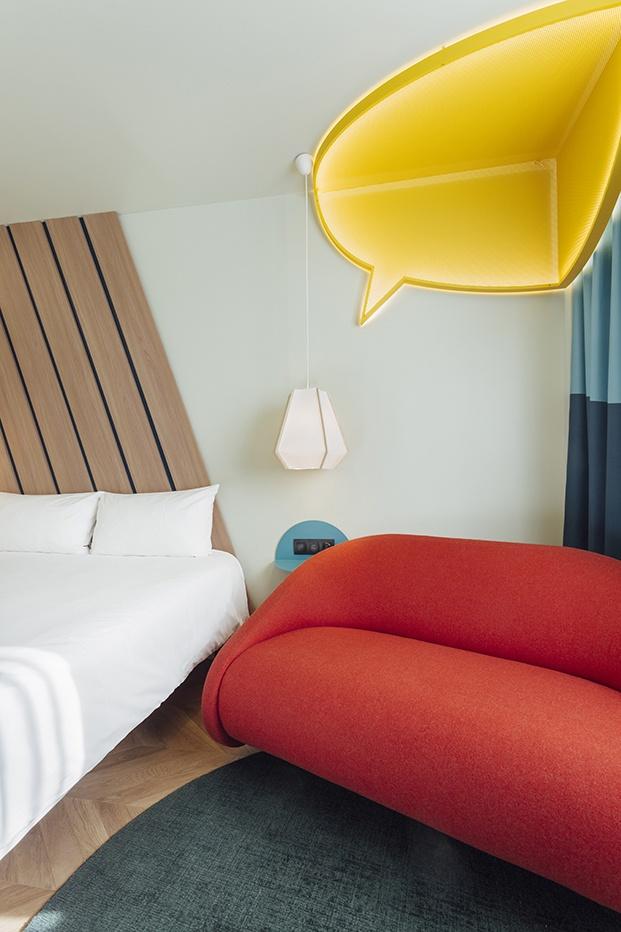El famoso bocadillo con el texto de las viñetas en amarillo en una de las habitaciones del hotel de Stone Designs