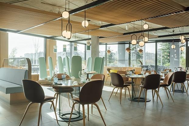 Vista de la zona de bar y desayunos del hotel proyectado por Stone Designs en Madrid en inspirado en el tebeo.