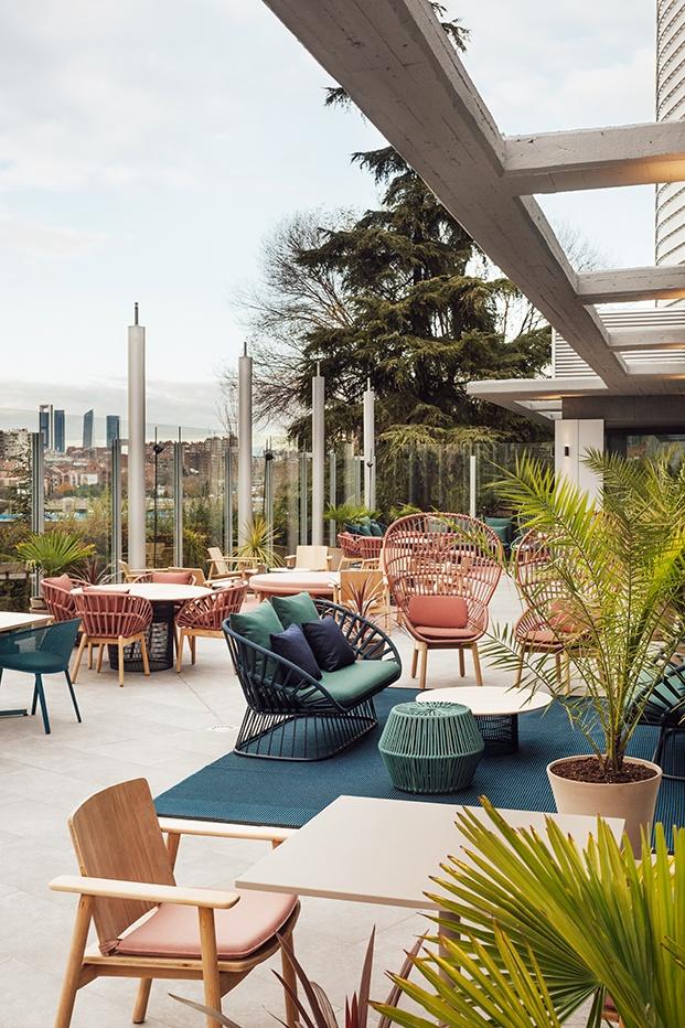 La terraza se ha decorado por completo con muebles de la firma Kettal