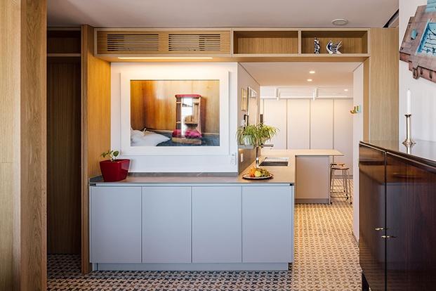 La cocina vista desde la zon a de estar equipada con muebles de Doca