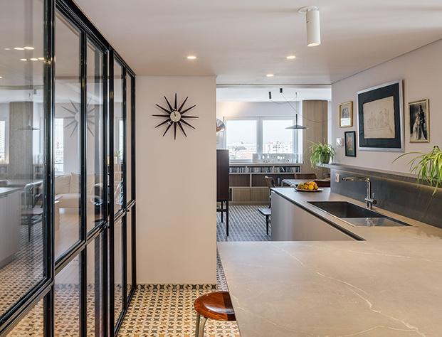 La cocina, delimitada con paneles de acero y cristal y equipada con mobiliario de Doca
