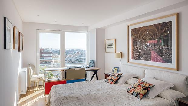 El dormitorio principal con espectaculares vistas y protagonizado por importantes muebles de diseño que firman los Eames y Vico Magistretti