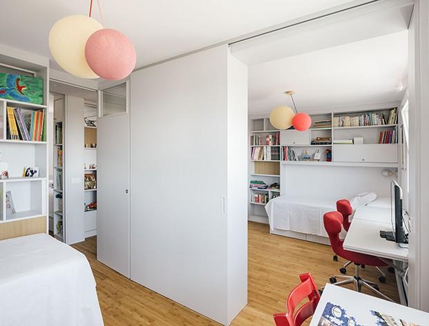 En los cuartos infantiles el diseño de la vivienda familiar  incluye mobiliario personalizado y móvil que permite versatilidad a los espacios.