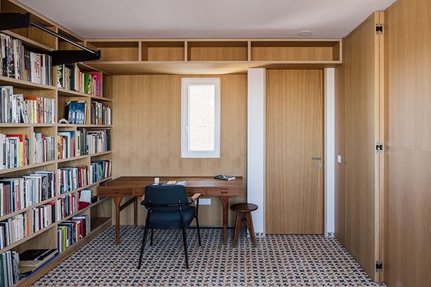 Zona de estudio equipadas con muebles fijos hechos a medida y otros de diseño del sigl o XX