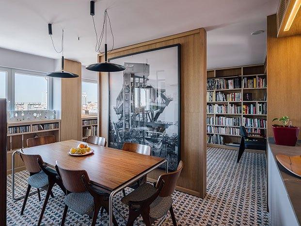 Muebles de diseño nórdico, otros diseñados por los arquitectos, paneles de madera divisorios y una importante colección de fotografía