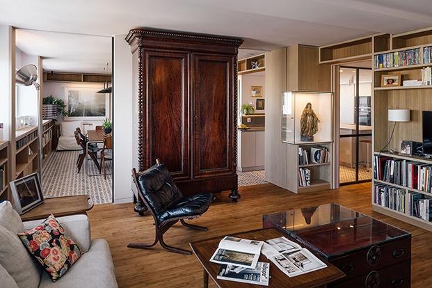 El salón, el comedor, el estudio y la cocina comparten un espacio único dividido por paneles y celosías