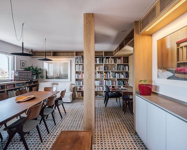 Los arquitectos han creado librerás a medida y zonas de almacenaje para los numerosos libros de los propietarios