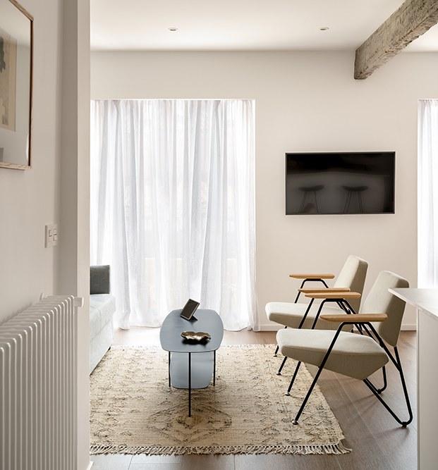 Zona de estar del salón del mini piso reformado por Ainhoa Ibarreche en San Sebastián