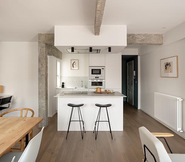 La cocina del mini piso reformado por Ainhoa Ibarreche está integrada en la zona de salón por deseo de su propietario