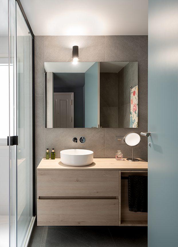 Vista del cuarto de baño del mini piso reformado por Ainhoa Ibarreche