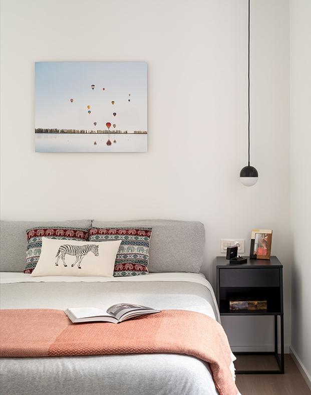 En el dormitorio, todo es blanco y sereno...