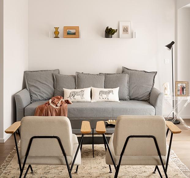 Un cómodo sofá cama de Ikea y dos sillones completan la zona de estar.