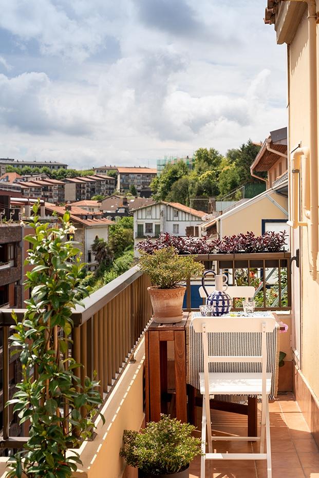 Terraza con vistas en el mini piso rehabilitado por Ainhoa Ibarreche