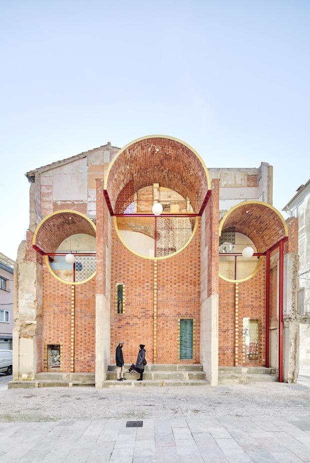 Escenografía de Urgencia. Can Sau. Olot. premios FAD de Arquitectura. Ladrillo visto. unparelld'arquitectes