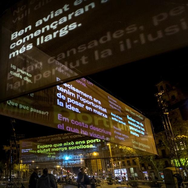 Instalación luces Navidad María Güell La Invisible. Plaza Universidad Barcelona.