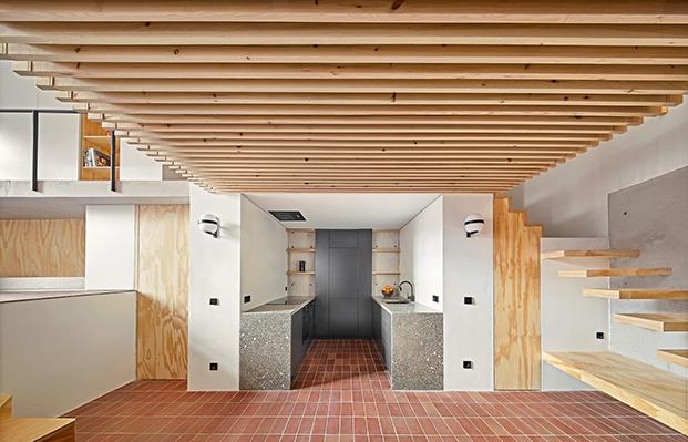 Los listones de madera horizontales y verticales son los grande protagonistas de esta casa