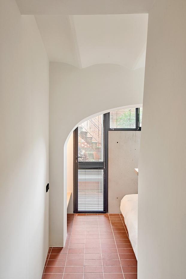 En la planta baja se encuentra el segundo dormitorio de la casa Yurikago y  abierto a un patio.