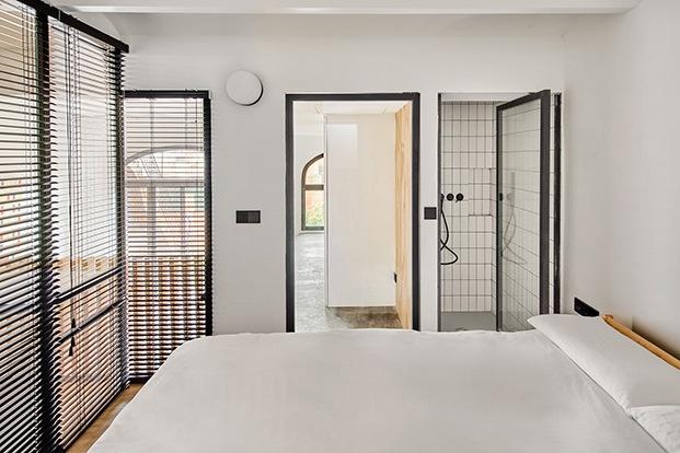 Desde la zona de dormir vista de la ducha, la zona de vestidor y la de trabajo