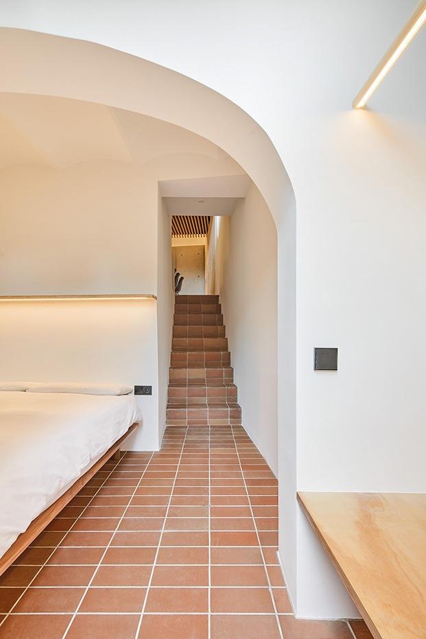 Desde la planta baja, abierta al patio, subida al espacio principal de la casa, cocina y comedor.