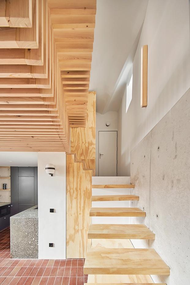 Escalera de acceso a la planta alta donde se encuentra el dormitorio principal