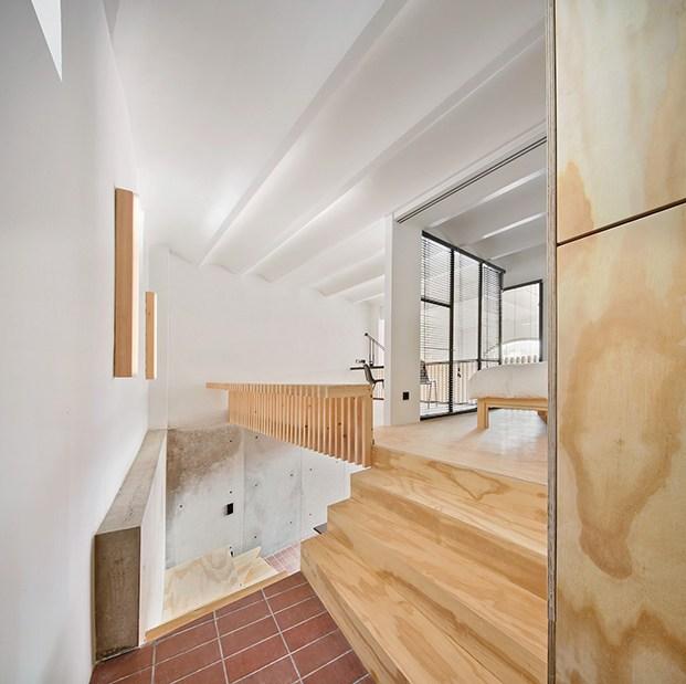 Todos los espacios de la casa Yurikago se encuentran conectados, vista del dormitorio principal y la zona de trabajo