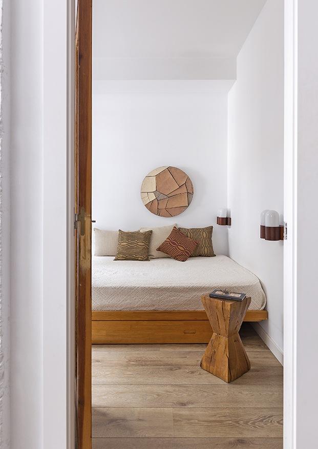 El dormitorio principal destaca por la calidez que aportan  la madera del suelo y el mobiliario