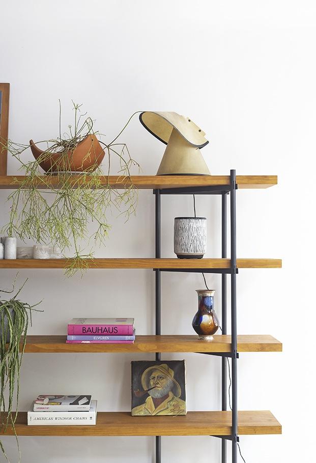 En la estantería destaca una lámpara de sobremesa Somongo del diseñador Eduardo Albors,