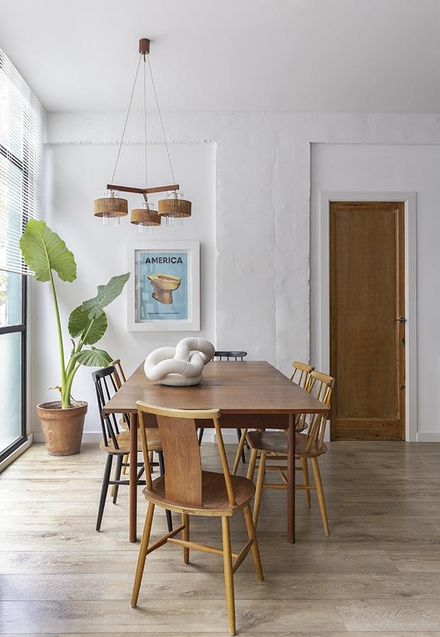 Las sillas del comedor son las clásicas Fanett, diseñadas por Ilmari Tapiovaa y las Tallasenstolen de Jan Halberg, fabricadas ambas en Suecia, la mesa es escandinava de Noak Room de los años 60-70