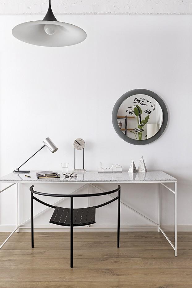 El ambiente de la zona de trabajo es más minimalista. La mesa es diseño de ALex March. La butaca negra, de Philippe Stark para XO