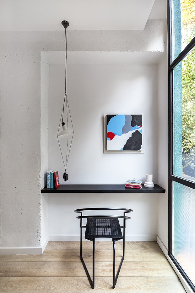 a lámpara suspendida negra Tresca diseñada por el diseñador valenciano Eduardo Albors situada en el escritorio de la habitación principal del loft del Poble Nou